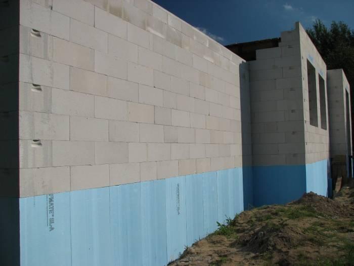 Mauerwerk aus Gasbetonsteinen mit gleichmäßig dünnen Fugen