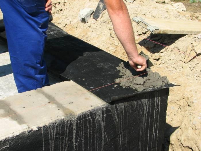 Mörtel auf die Grundmauern auftragen